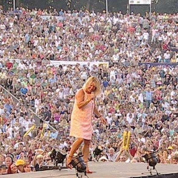 Lorna Osborne onstage at Walhdbhune Amphitheatre, Berlin 🐥